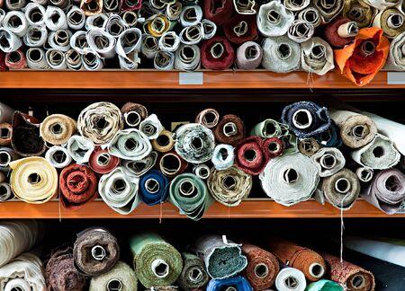 Wnętrza składu przemysłowych z tkaniny w rolkach.