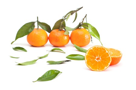 pert: Tangerines with green leaves isolated on white.