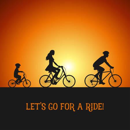 niños en bicicleta: Familia en el viaje en bicicleta. Siluetas en las bicicletas. Puesta de sol de fondo.