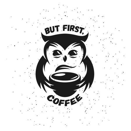 Hand getrokken typografie koffie poster. Leuke trendy uil met een kop warme koffie. Wenskaart of uitnodiging druk met zin. Maar eerst koffie. Embleem, teken voor café of cafetaria.