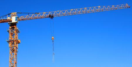 crane parts: Parte de una gr�a contra el cielo azul. Close up.