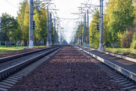 Railroad tracks with concrete sleepers stretching far beyond the horizon. Banque d'images