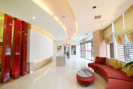 superficie: Hall interior c�lido y brillante