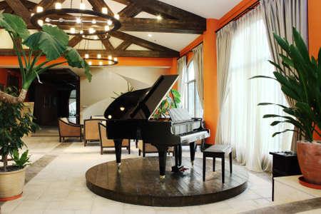 fortepian: Club-house Å›rodowisko, elegancki piano Zdjęcie Seryjne