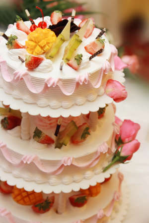 multilayer: Fiesta de cumplea�os en el sitio, multi-capa de fotos pastel pastel de frutas Foto de archivo