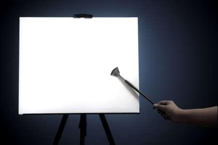 mano derecha: El ventilador pincel de punto lienzo en blanco de la derecha, fondo oscuro