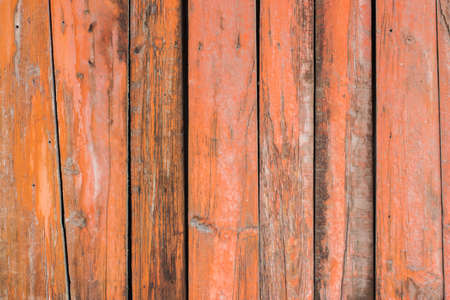 couleur orange: Orange color paint mottled weathering cracked wooden close-up Banque d'images