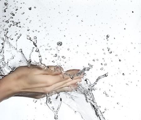 lavare le mani: donna a mano in spruzzi di acqua