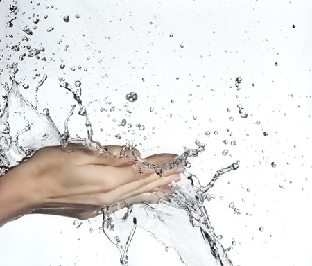 lavandose las manos: mujer de mano en splash de agua