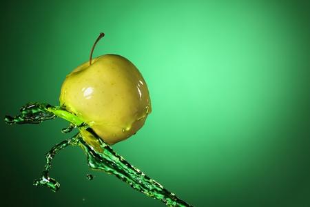 pomme jaune: apple jaune dans le flux de jus