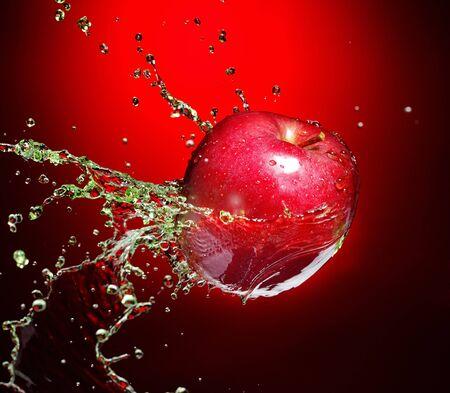 pomme rouge: Pomme rouge dans le flux de jus Banque d'images
