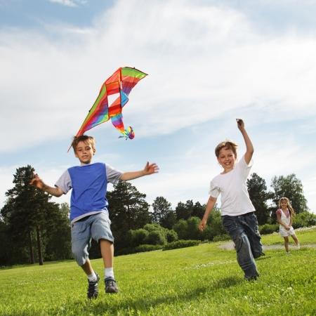 niño corriendo: dos niño feliz con cometa