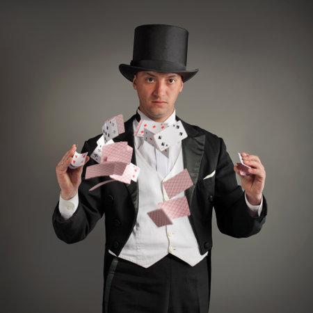 mago: mago hacer truco de tarjeta Editorial