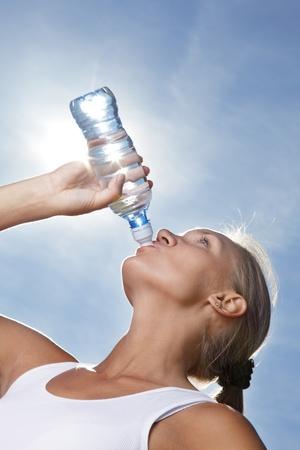 bebidas frias: chica de belleza beber agua Foto de archivo