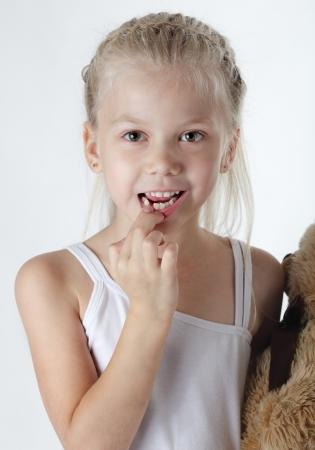Kleines Mädchen mit fehlenden Vorderzähnen
