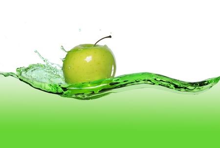 manzana agua: manzana verde en la corriente de zumo