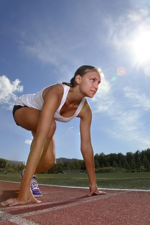 atletismo: chica de belleza correr al aire libre