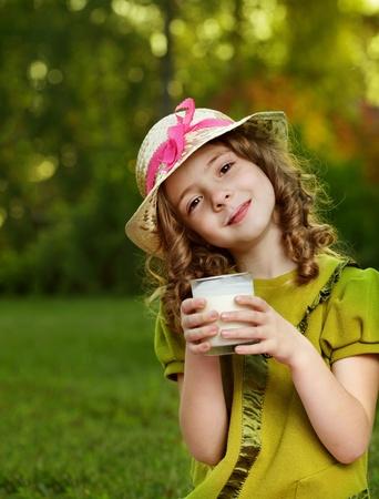 meisje met melkglas Stockfoto
