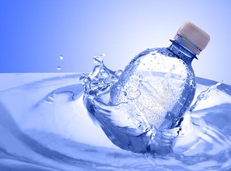 botella de plastico: botella de pl�stico en las salpicaduras de agua