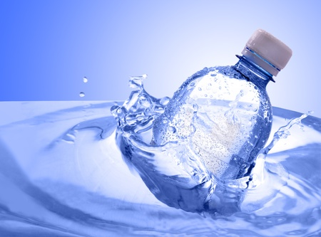 kunststof fles: plastic fles in het water splash Stockfoto