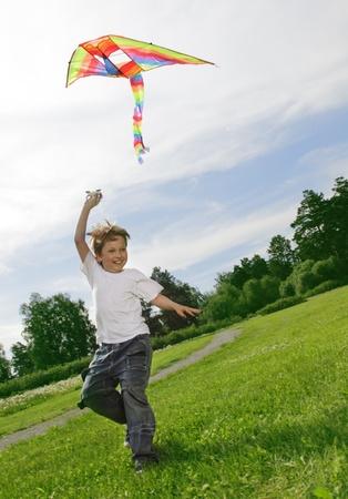 凧: カイトと幸せな少年 写真素材