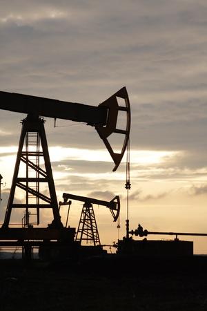 oil derrick:  oil wel
