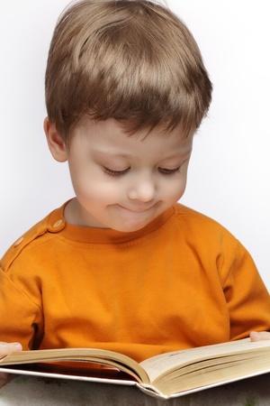 kleiner Junge las Buch