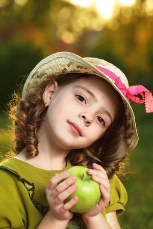 comiendo platano: chica con la fruta en el parque Foto de archivo