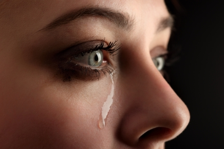 lacrime: bellezza grido ragazza su sfondo nero