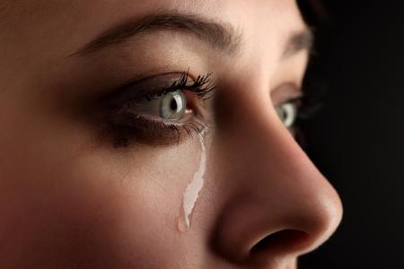 larmes: pleurer une fille de beaut� sur fond noir Banque d'images