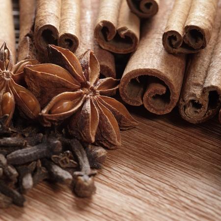 Herbes et épices sur fond en bois