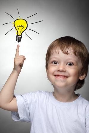 niños pensando: Los niños con idea de la lámpara proyecto Foto de archivo