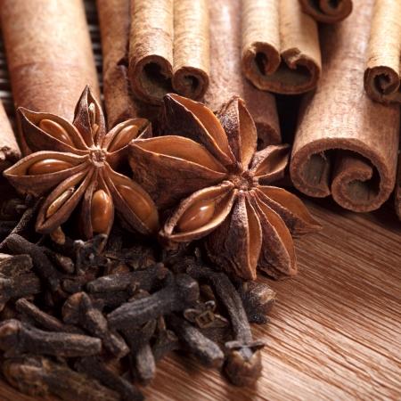 Herbes et épices sur fond de bois