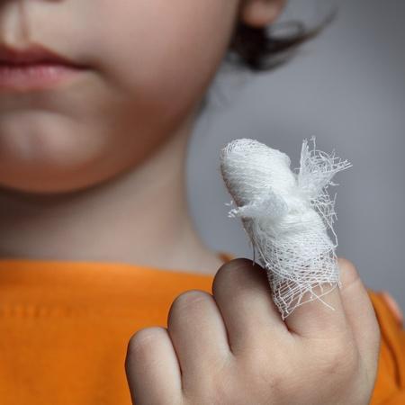 niños enfermos: niño con una herida en el dedo