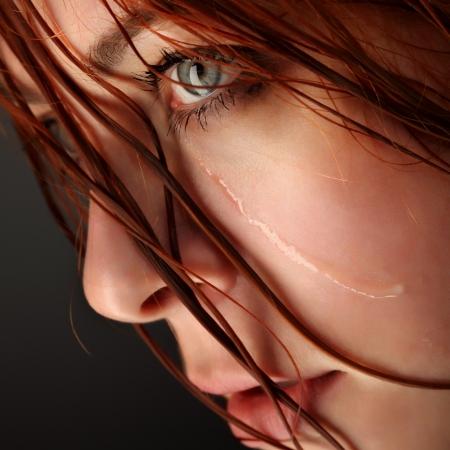 mujer llorando: llorar a una chica de belleza sobre fondo negro
