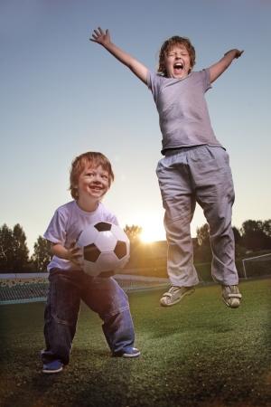 jugando futbol: dos jugadores niño feliz en el fútbol Foto de archivo