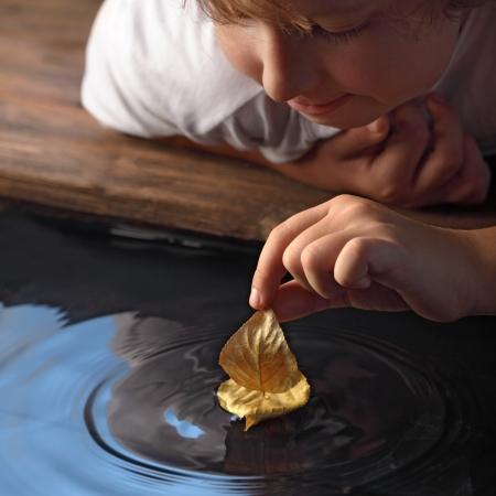 glädje: blad fartyg i barn handen