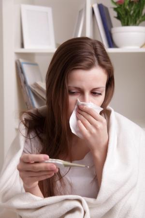gripe: ella sufre de un resfriado Foto de archivo
