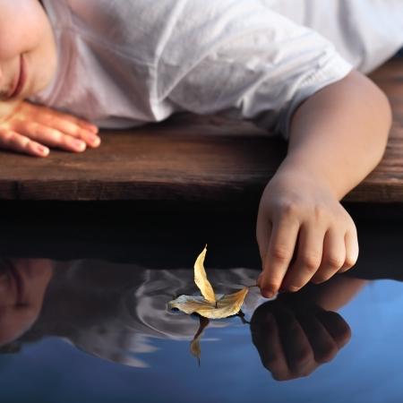 sue�os: barco de la hoja en la mano los ni�os, se centran en la mano Foto de archivo