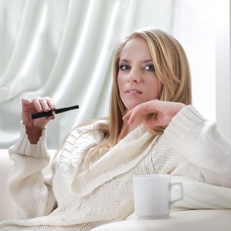 youth smoking: adentro belleza chica con e-cigarrillo