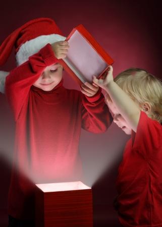 두 행복 소년 열린 크리스마스 선물 상자