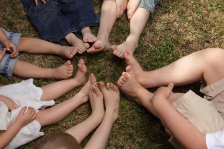 piedi nudi di bambine: bambini scalzi