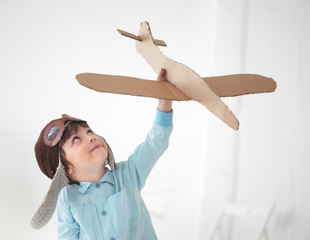 행복 한 소년 실내 비행기에서 재생