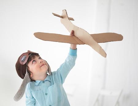 piloto de avion: play boy feliz en el interior del avi�n