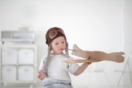 niño modelo: play boy feliz en el interior del avión
