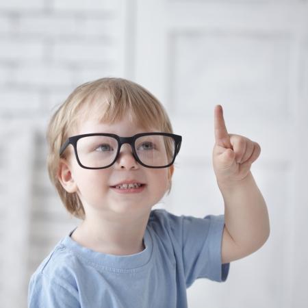 inteligencia: beb� inteligente con gafas