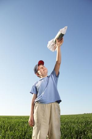 놀이 야외 로켓와 함께 행복 한 소년