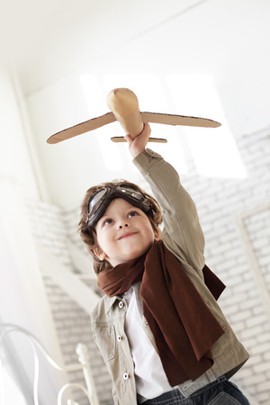 손에 비행기와 행복 소년