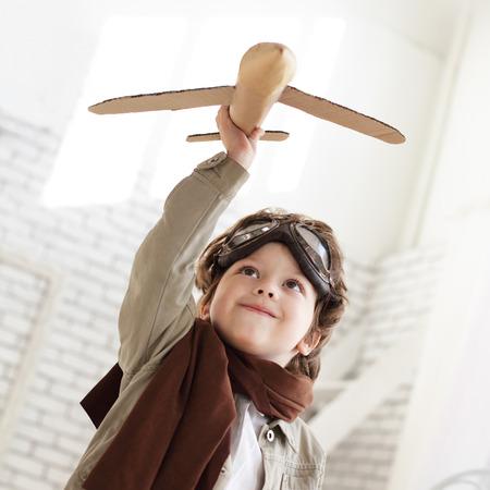 손에 비행기와 행복 한 소년