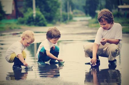 물에 세 소년 플레이